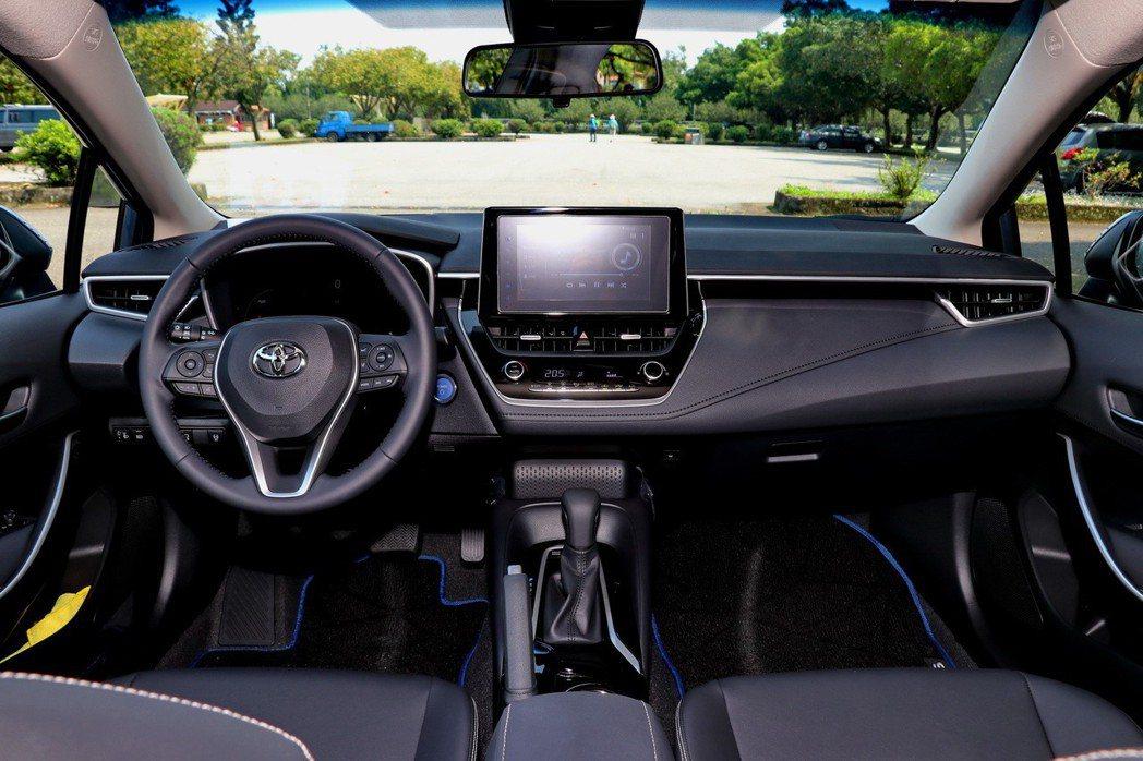 第十二代Corolla Altis透過簡潔卻不失質感的設計,打造俐落不陽春的內裝...
