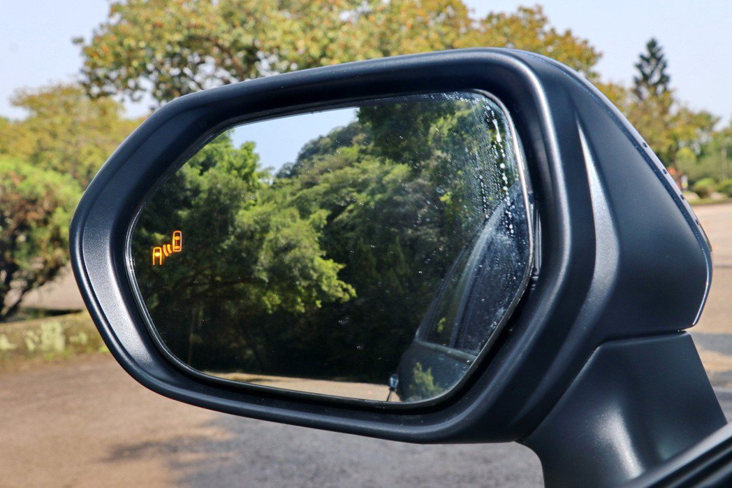 進階車型配備BSM盲點偵測警示系統。 記者陳威任/攝影