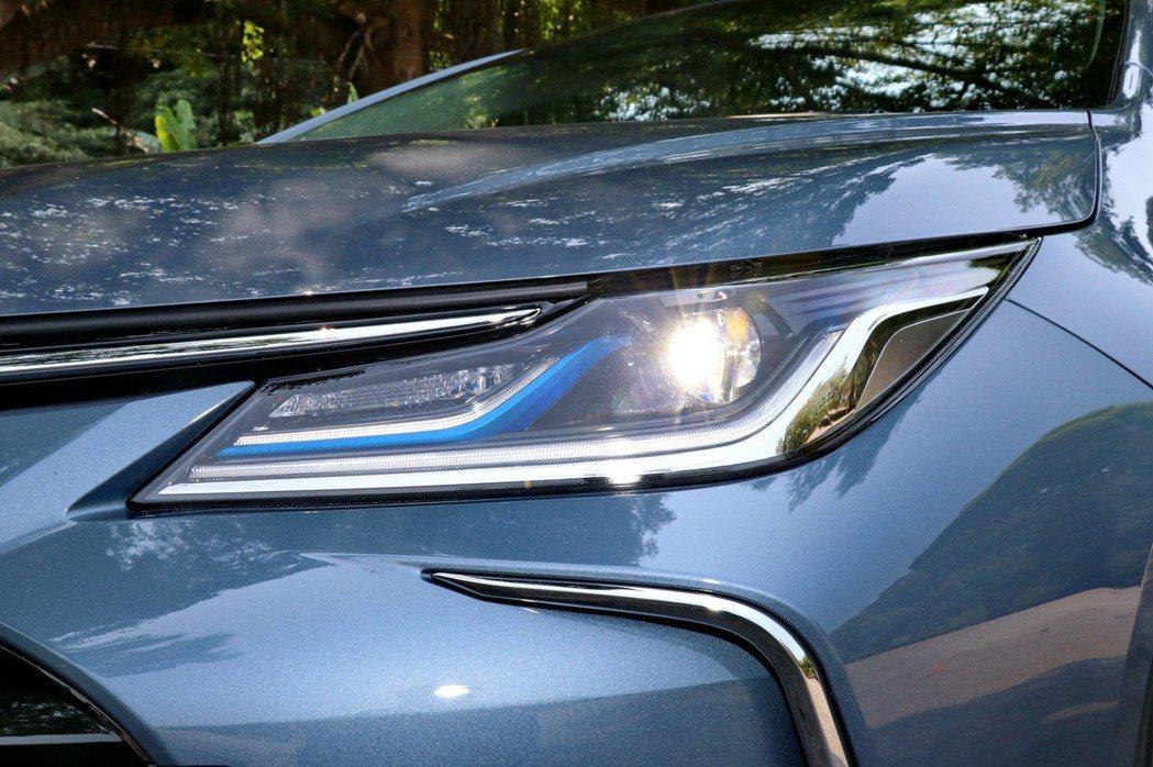 Hybrid旗艦車型搭載LED Bi-Beam投射式頭燈。 記者陳威任/攝影