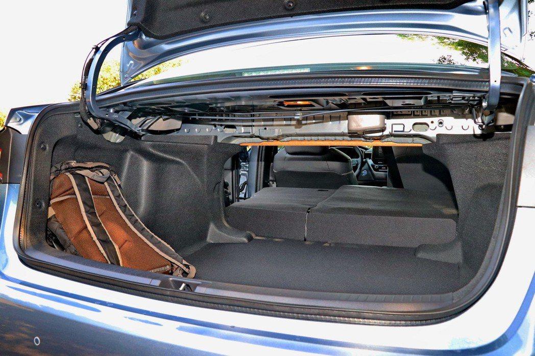 後車廂可透過座椅前傾提供更長的物體置放。 記者陳威任/攝影