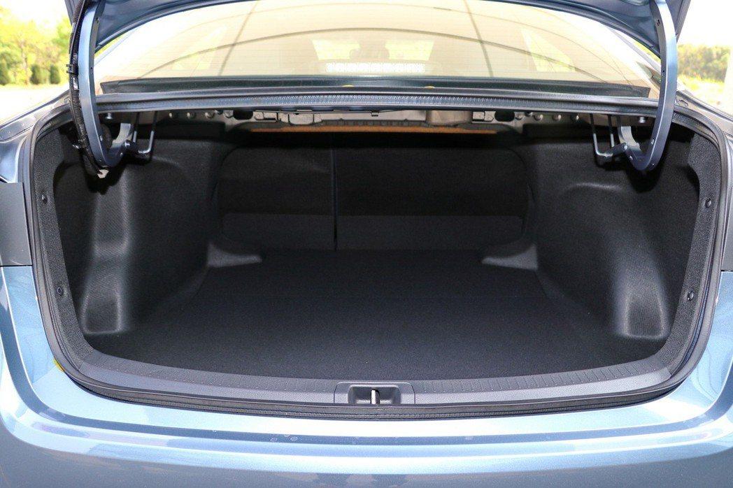 後方行李廂空間,在一般狀態下可達470公升。 記者陳威任/攝影