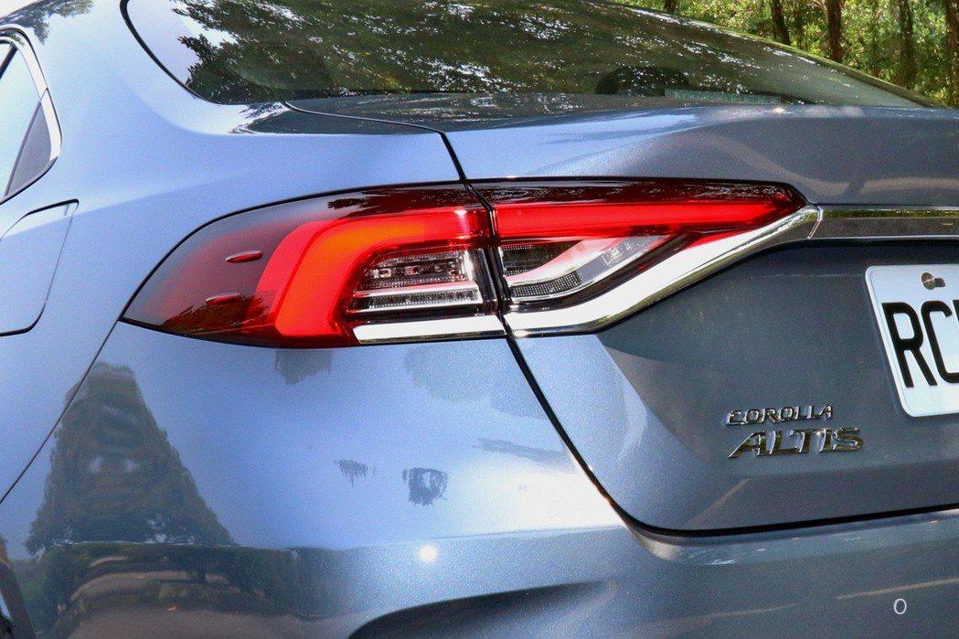 車尾則是用了近期許多房車都採用的LED光條式尾燈。 記者陳威任/攝影