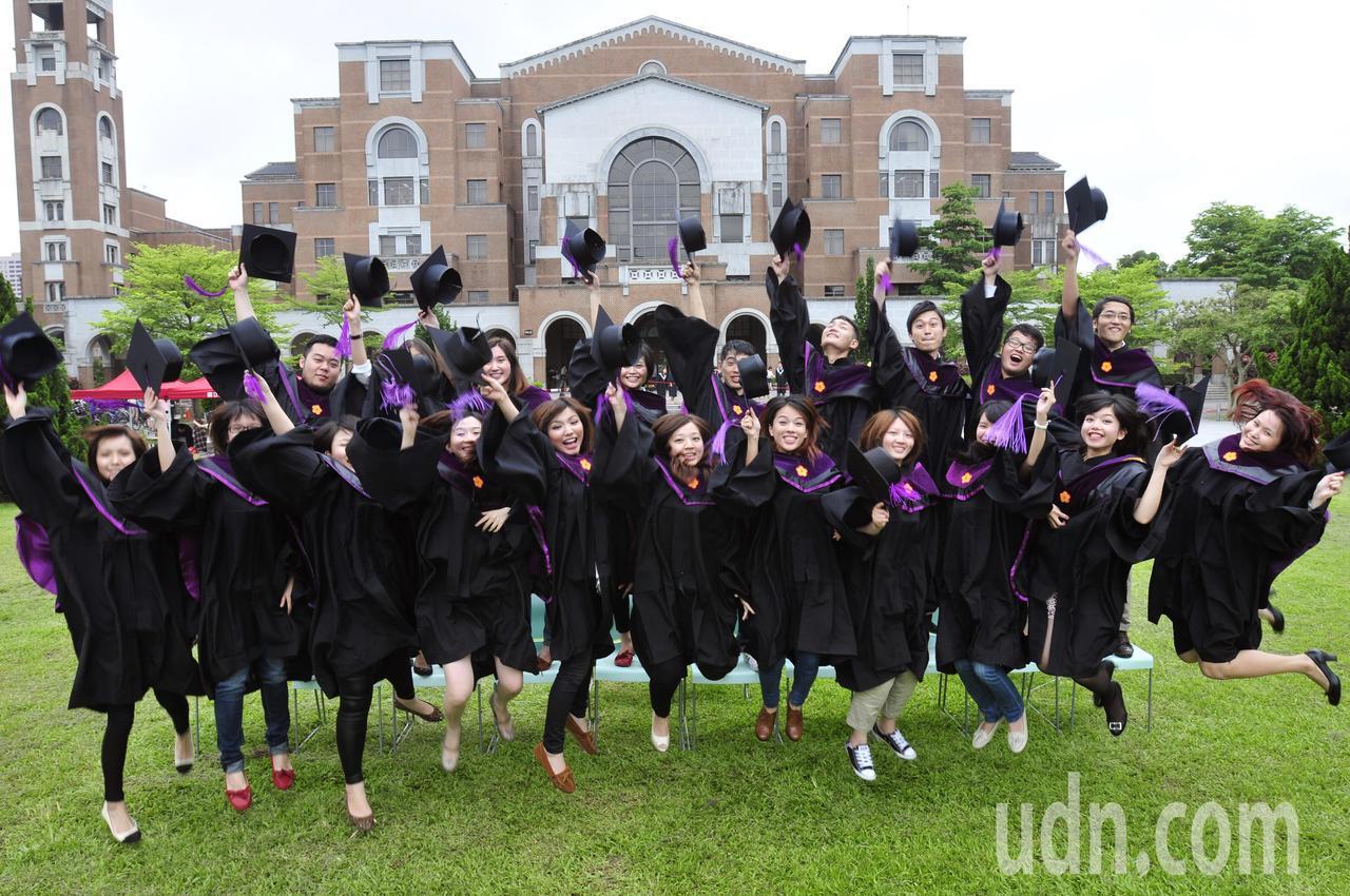 台大新聞研究所畢業照。本報資料照片