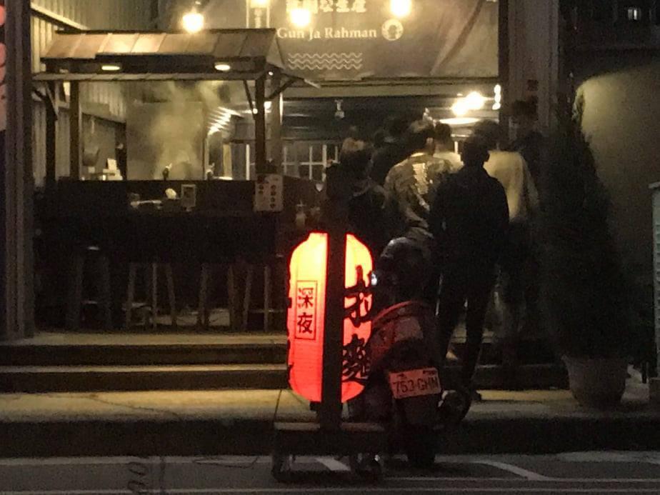 台中市南屯區大墩11街昨天深夜11時許,傳出有多名男子聚集在拉麵店前,警方出動快...