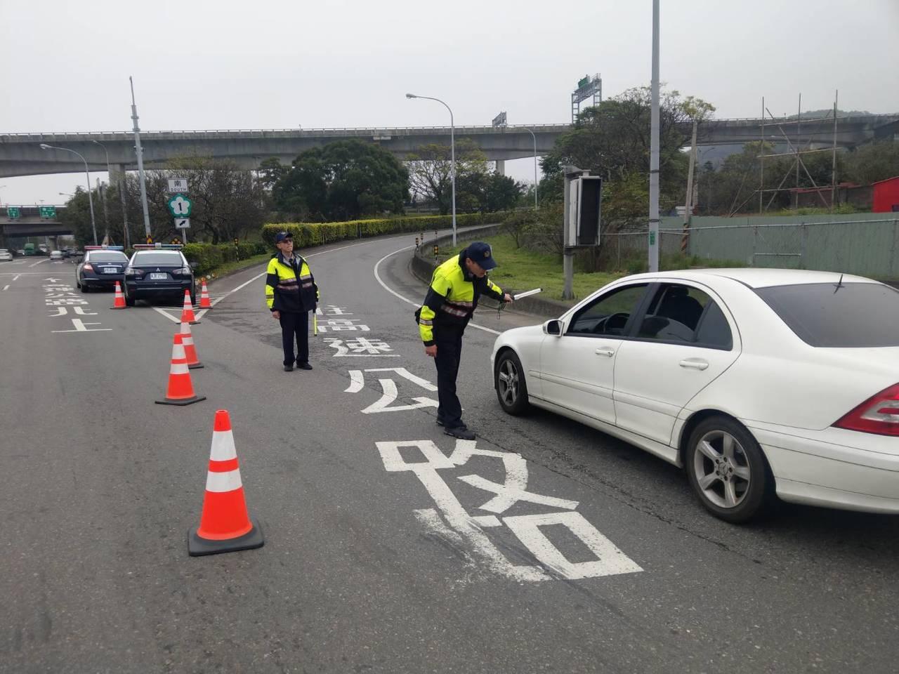 高速公路局鼓勵民眾提前掃墓,今、明兩天實施國道通行費7折優惠,根據高公局路況資訊...
