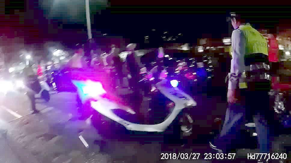 高雄一群青少年打群架,警方趕到場壓制雙方氣焰。記者林保光/翻攝
