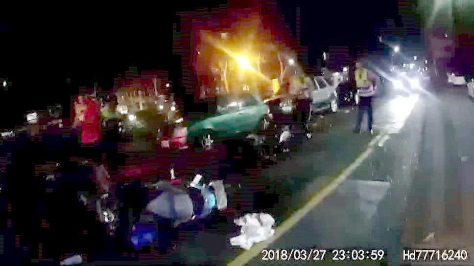 高雄一群青少年打群架,多輛機車被1輛車撞倒。記者林保光/翻攝