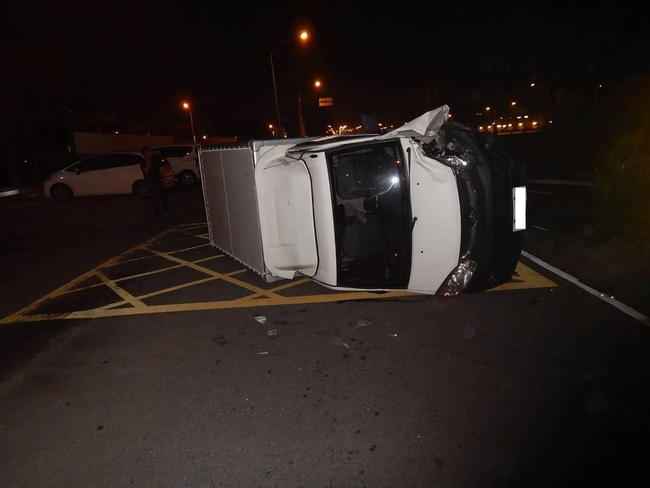 台中市西屯區環中路二段今天凌晨3時許,傳出一起貨車自撞分隔島的事故,駕駛受輕傷,...