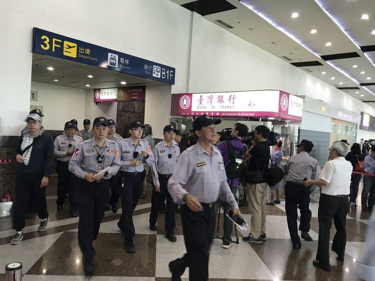 警方嚴陣以待。記者劉星君/攝影