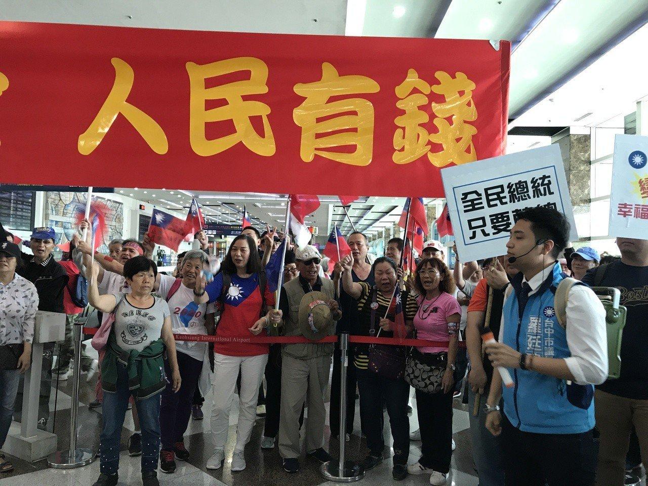 台中市議員羅廷瑋(右)到場聲援。記者劉星君/攝影