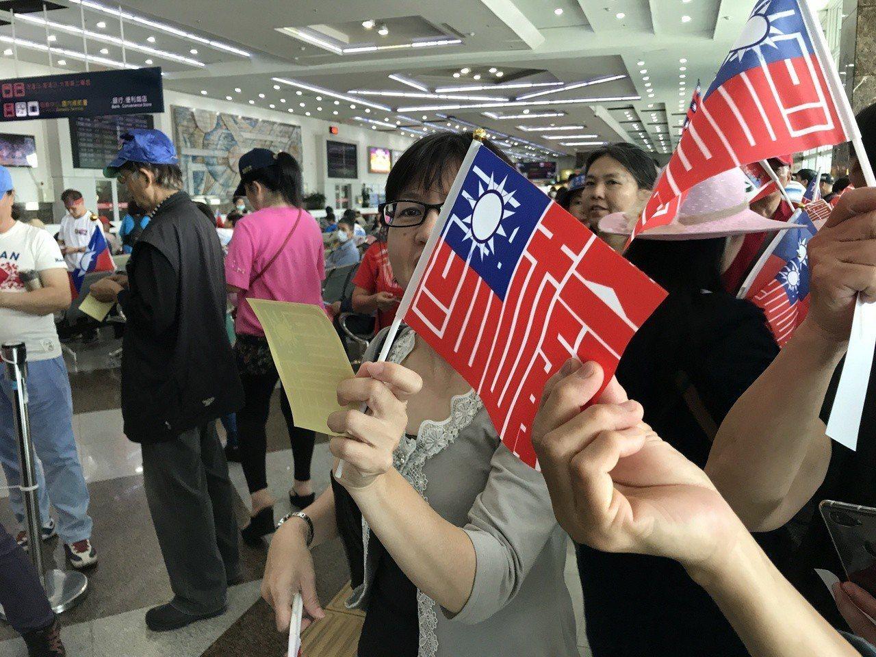 民眾自製國瑜旗。記者劉星君/攝影