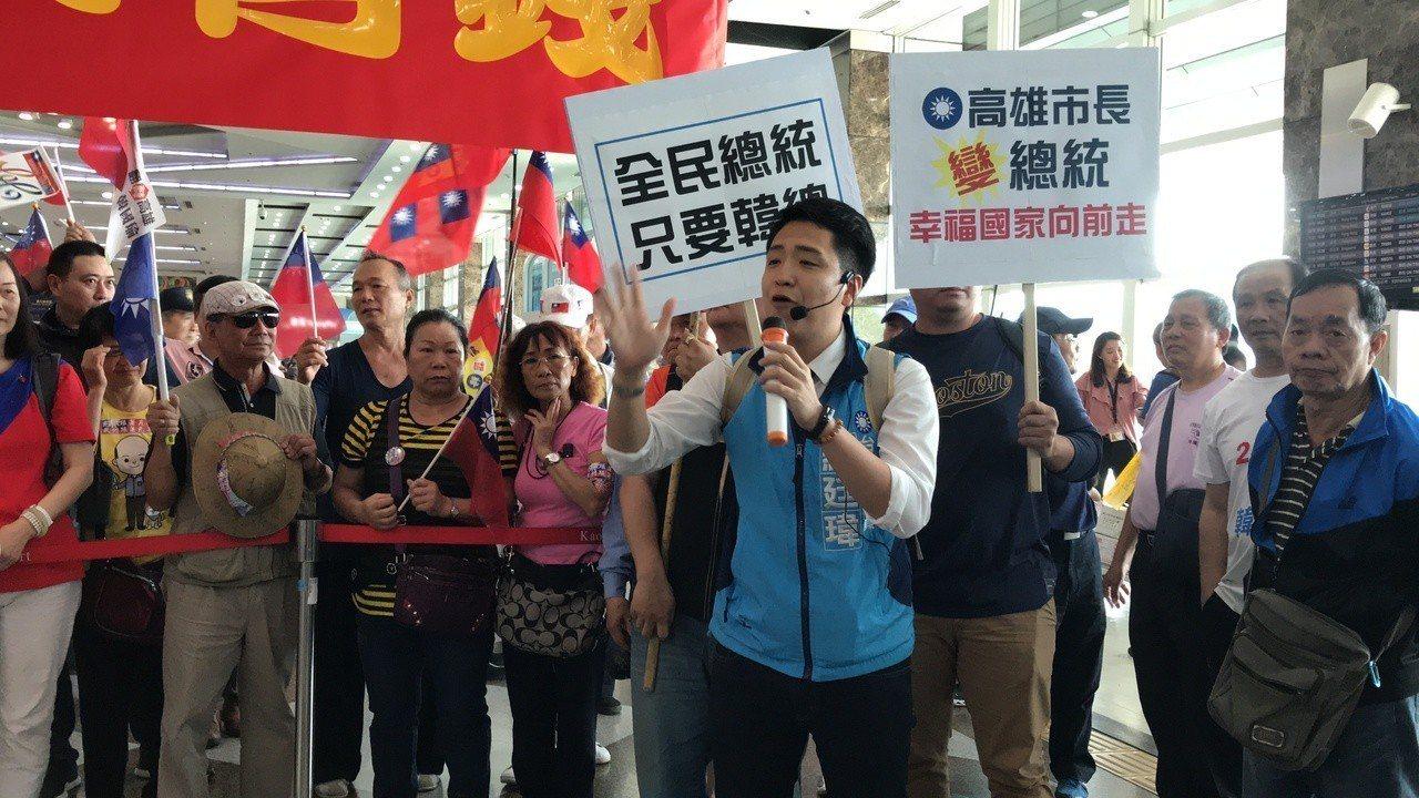 台中市議員羅廷瑋(中)到場聲援。記者劉星君/攝影