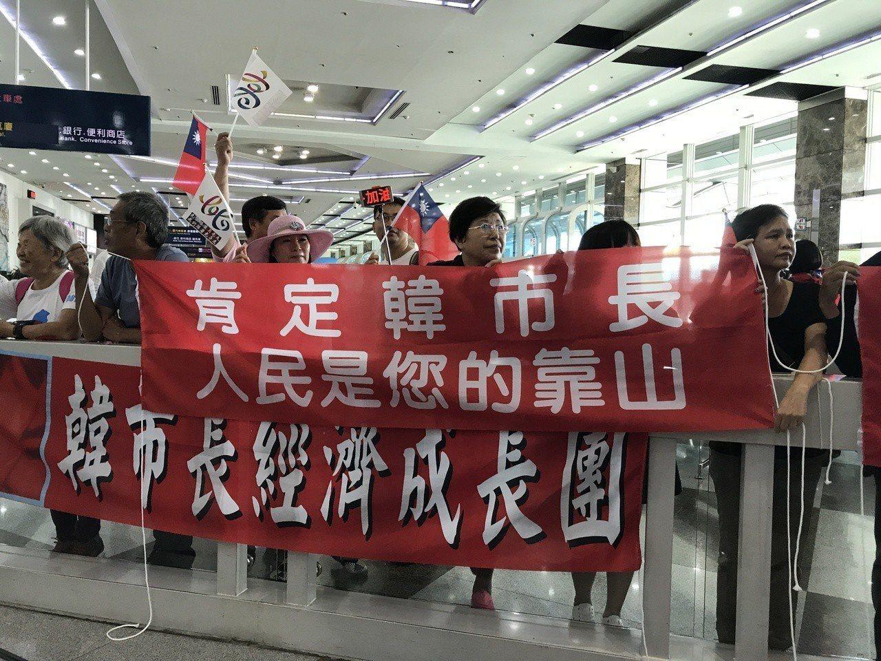 民眾舉支持布條。記者劉星君/攝影