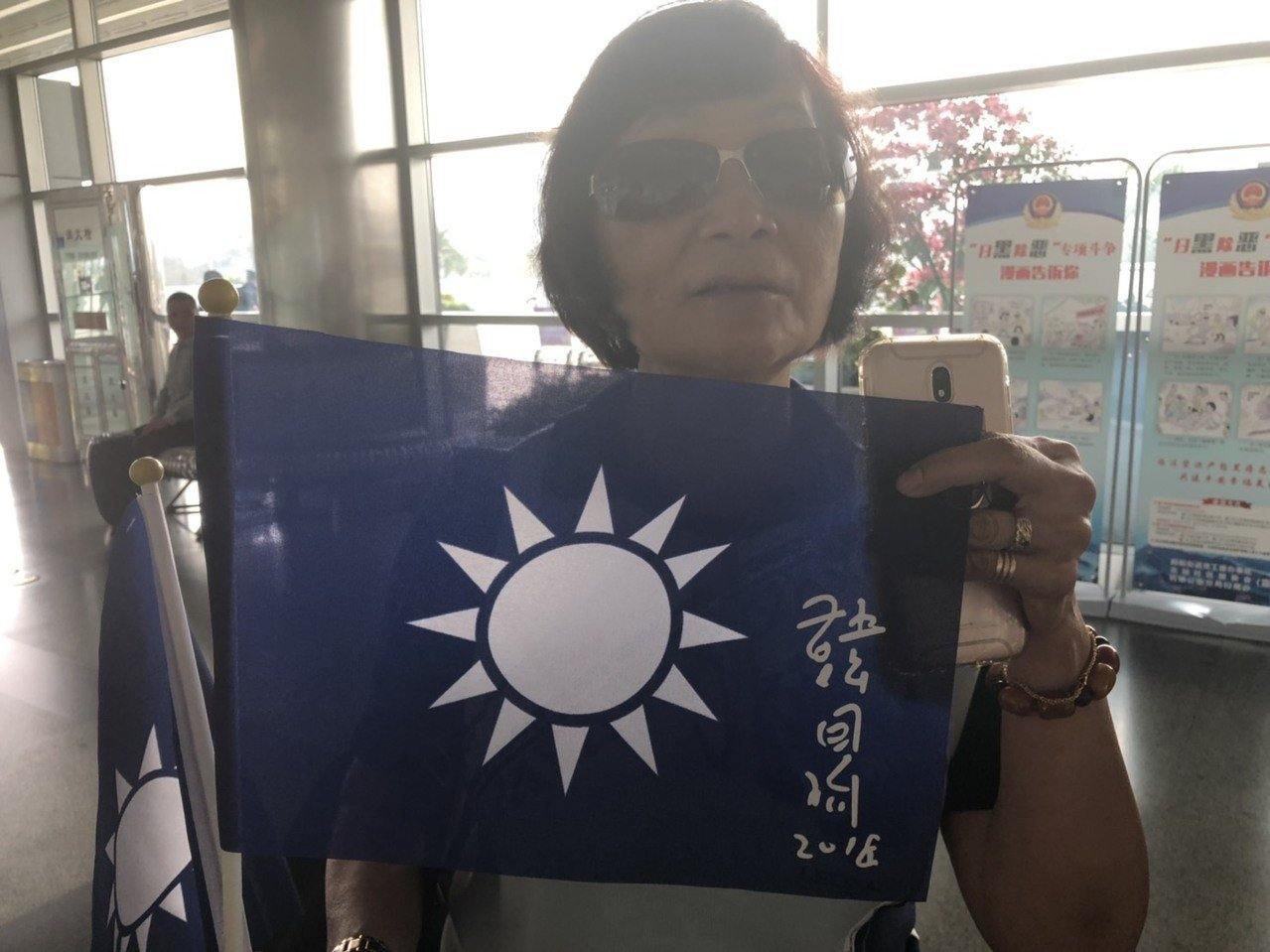 「超級韓粉」吳鳳儀帶著韓國瑜簽名的旗幟到場送機,今天一早也到廈門機場等著送機,雖...