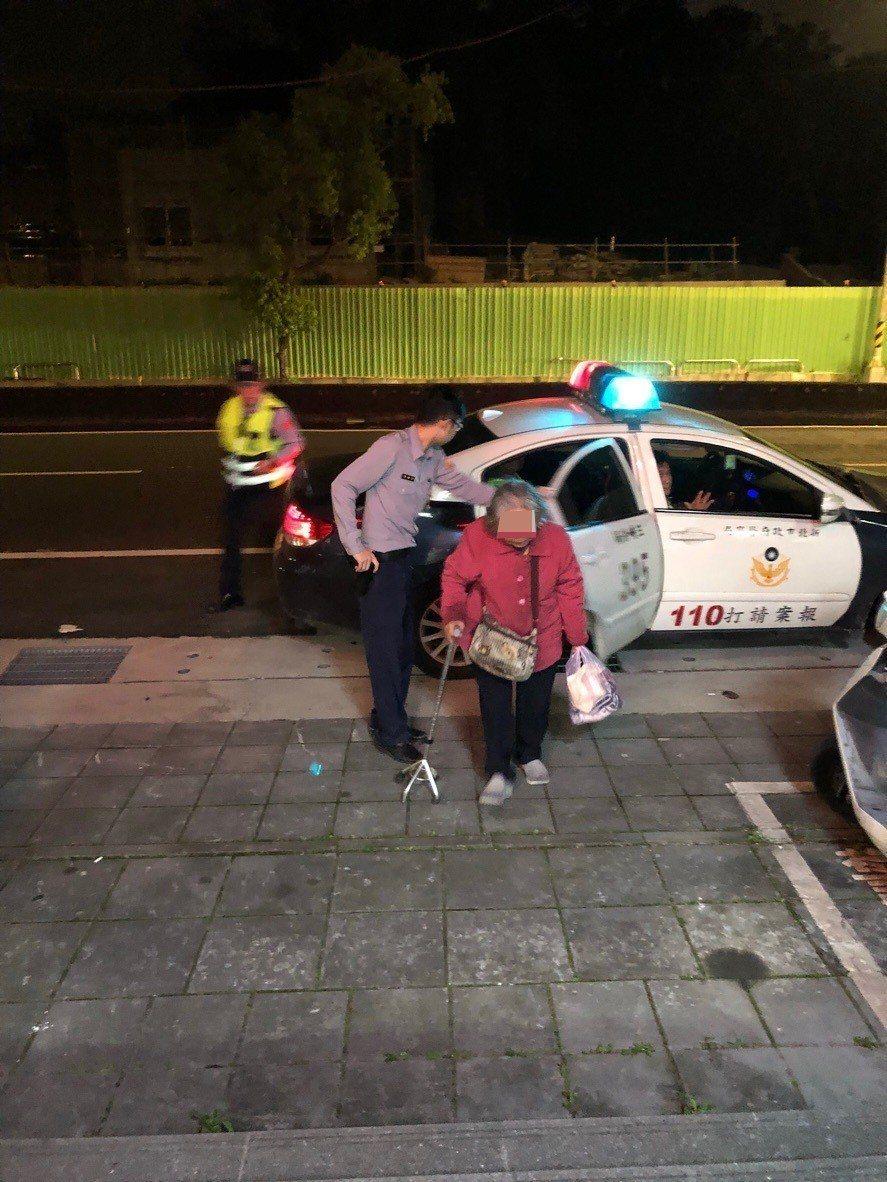只會說客語不太會說國語的老婦人在山路徘徊迷失方向,幸好遇上客語流利的巡邏員警,順...