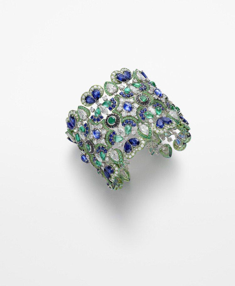 趙濤配戴的蕭邦頂級珠寶系列手環,18K白金鑲嵌藍寶石、鑽石、祖母綠、黑鑽,價格店...