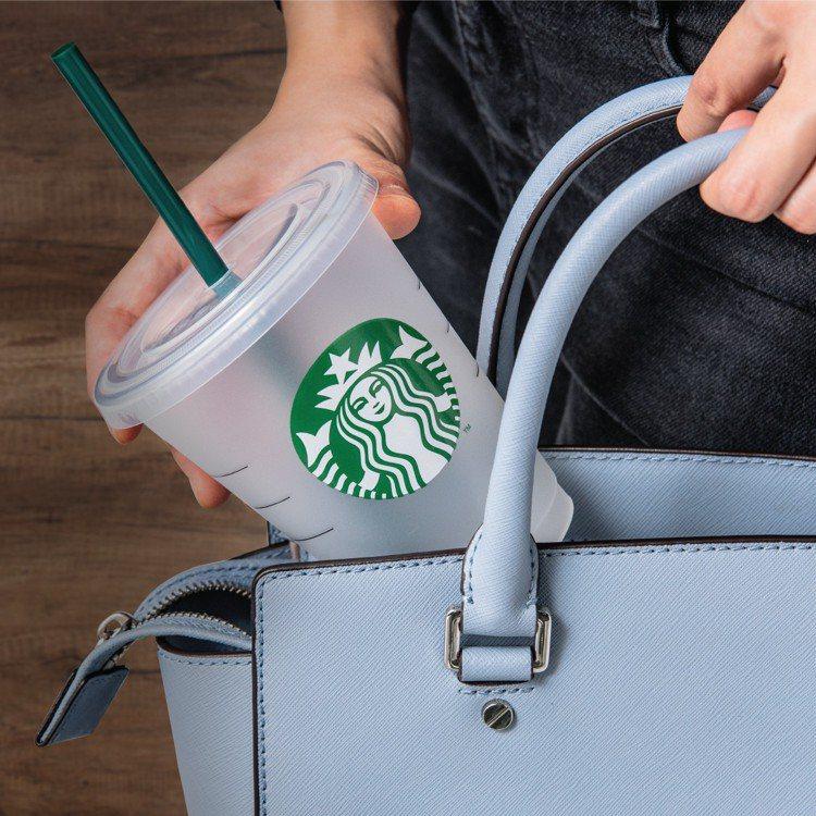 可再使用,可被循環回收的星巴克環保隨行杯,讓消費者喝咖啡的同時也能一起共愛地球。...