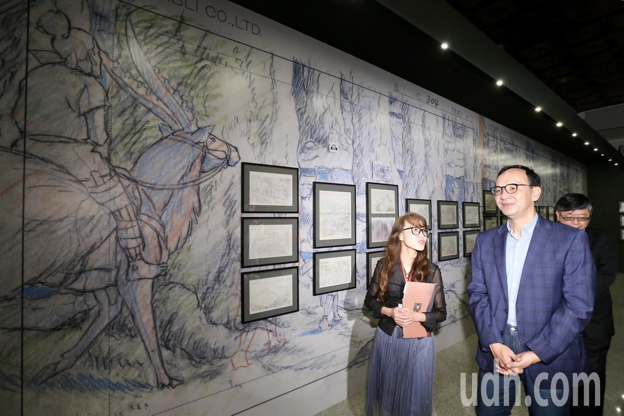 新北市前市長朱立倫(右)上午參觀吉卜力動畫手稿展。記者許正宏/攝影
