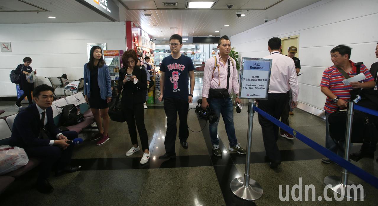 高雄市長韓國瑜結束七天港澳大陸參訪行程,今天上午到廈門高崎機場搭機返回高雄,媒體...