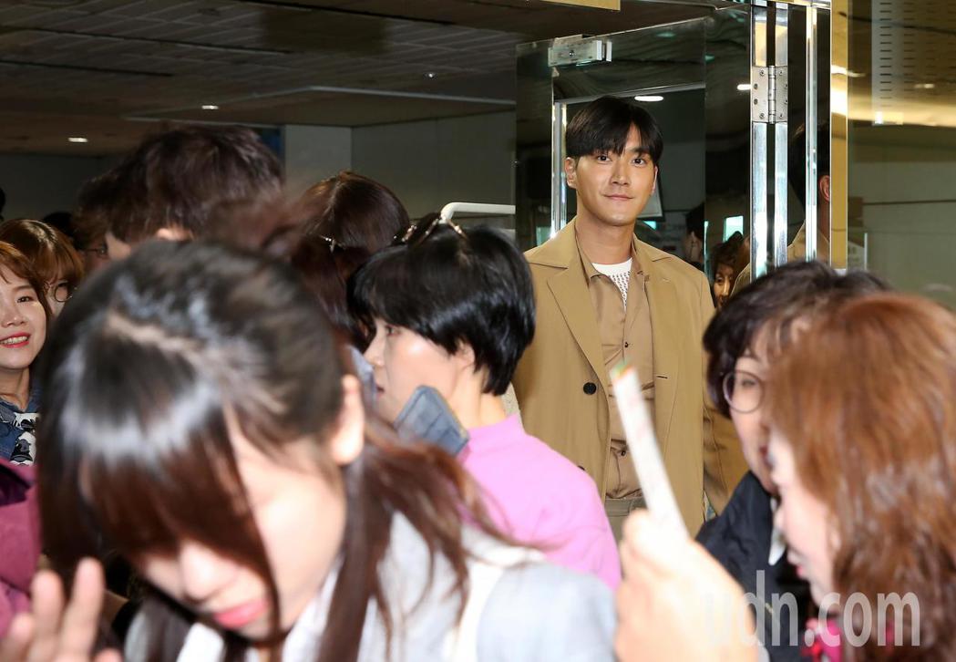 韓團SJ成員始源(右),28日上午搭機抵達桃園機場。記者陳嘉寧/攝影