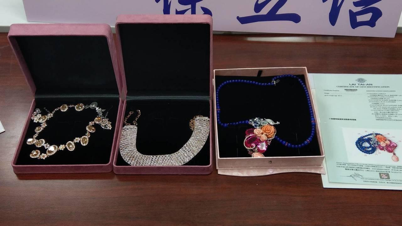 婦人加入珠寶店頂級會員,花了585萬元購買的紅寶石、藍寶石和黃寶石等珠寶,大多數...