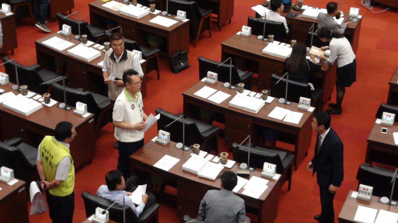 高雄市長韓國瑜赴大陸城市交流,預計今天中午才返國門,在今天上午高雄市議會第三屆第...