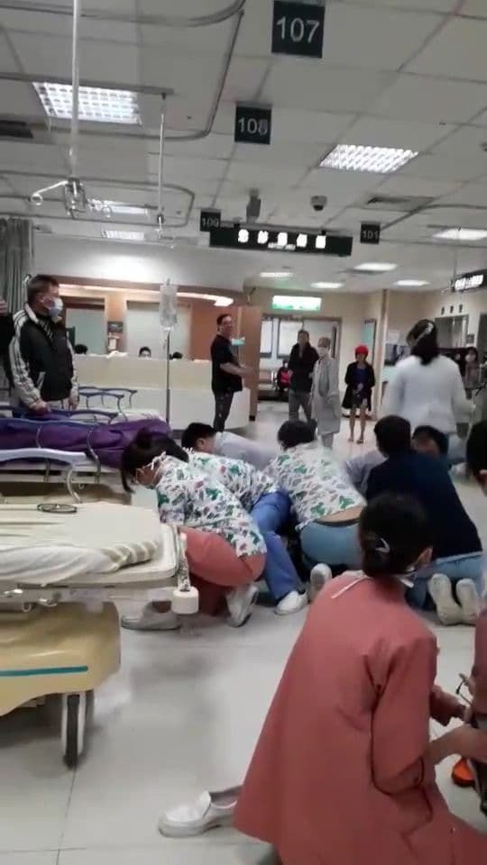 基隆長庚醫院急診室今凌晨接收一名男性患者,患者左頸部疑被酒瓶碎片刺傷,過沒多久,...