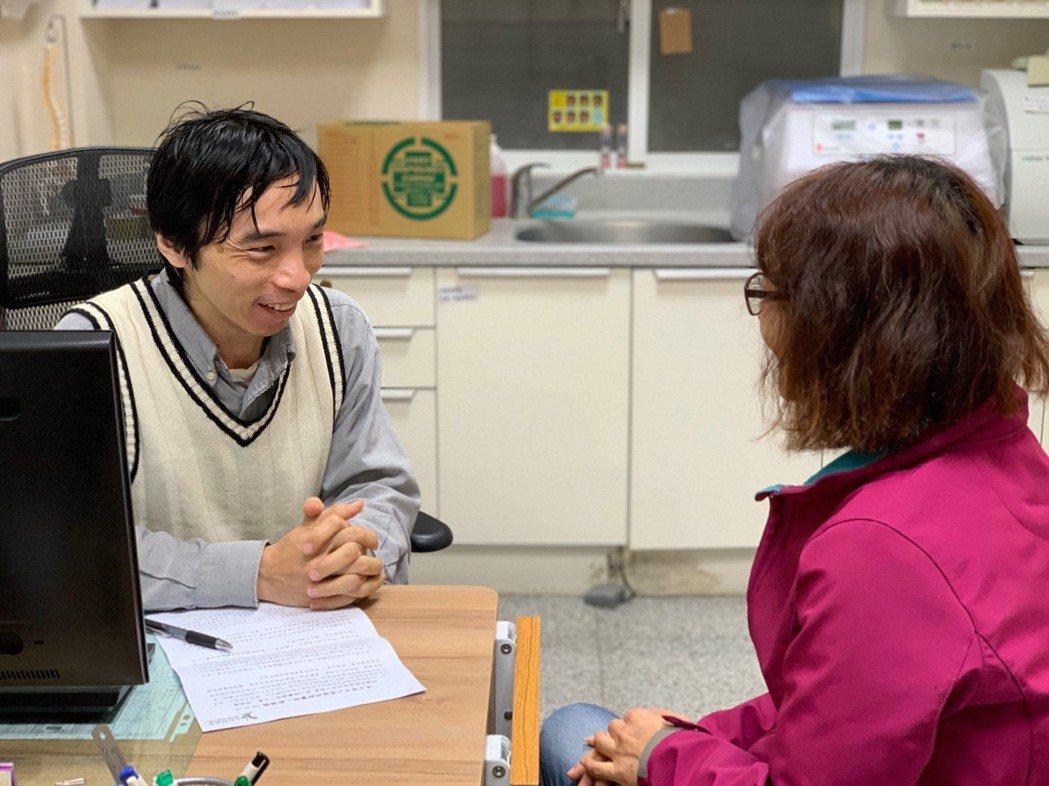 身心內科醫師顏弼群表示,病人術後的負面情緒,家屬若能感同身受,有助穩定患者情緒。...