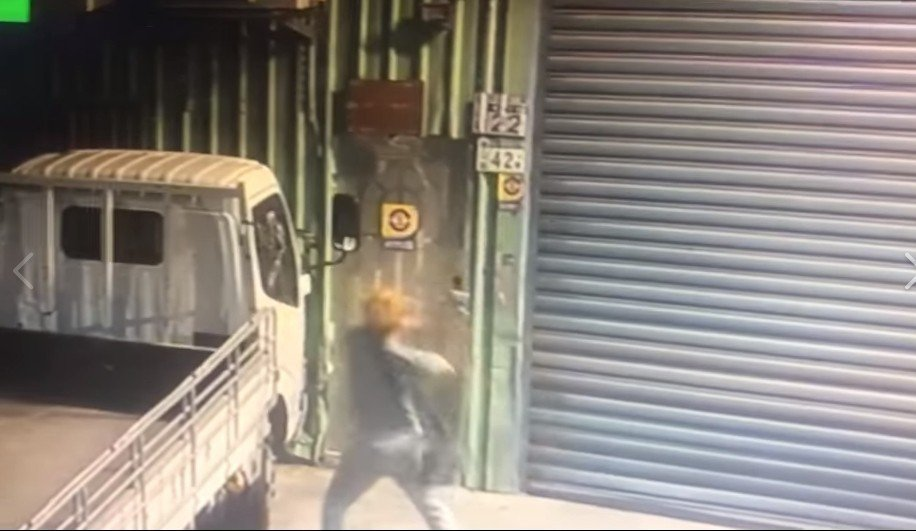 鍾男持球棒到工廠砸車的相關影像,被貼到臉書社團。圖/翻攝爆料公社