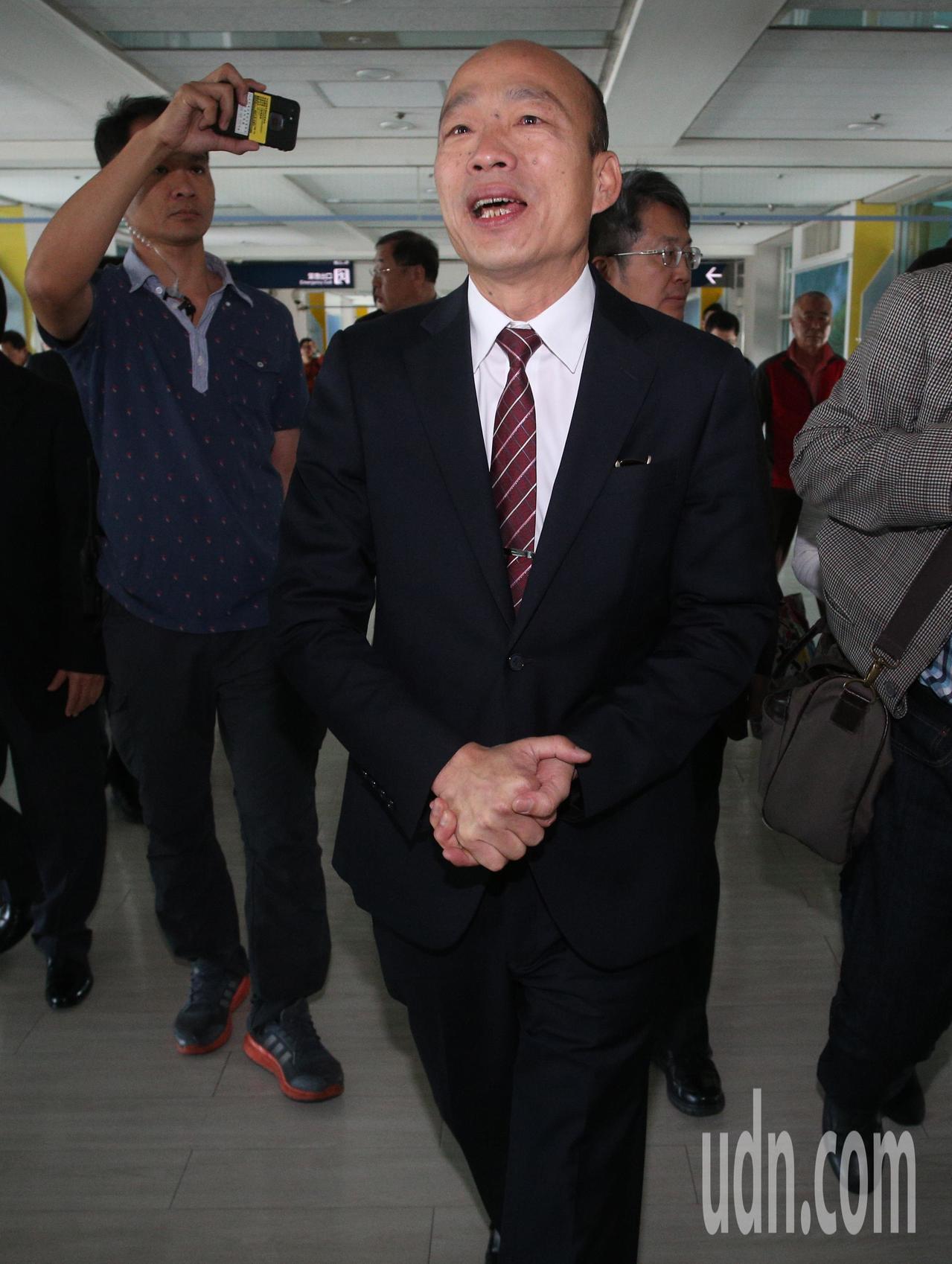 高雄市長韓國瑜今天結束港澳深廈拚經濟交流之旅,中午抵達高雄機場。記者劉學聖/攝影
