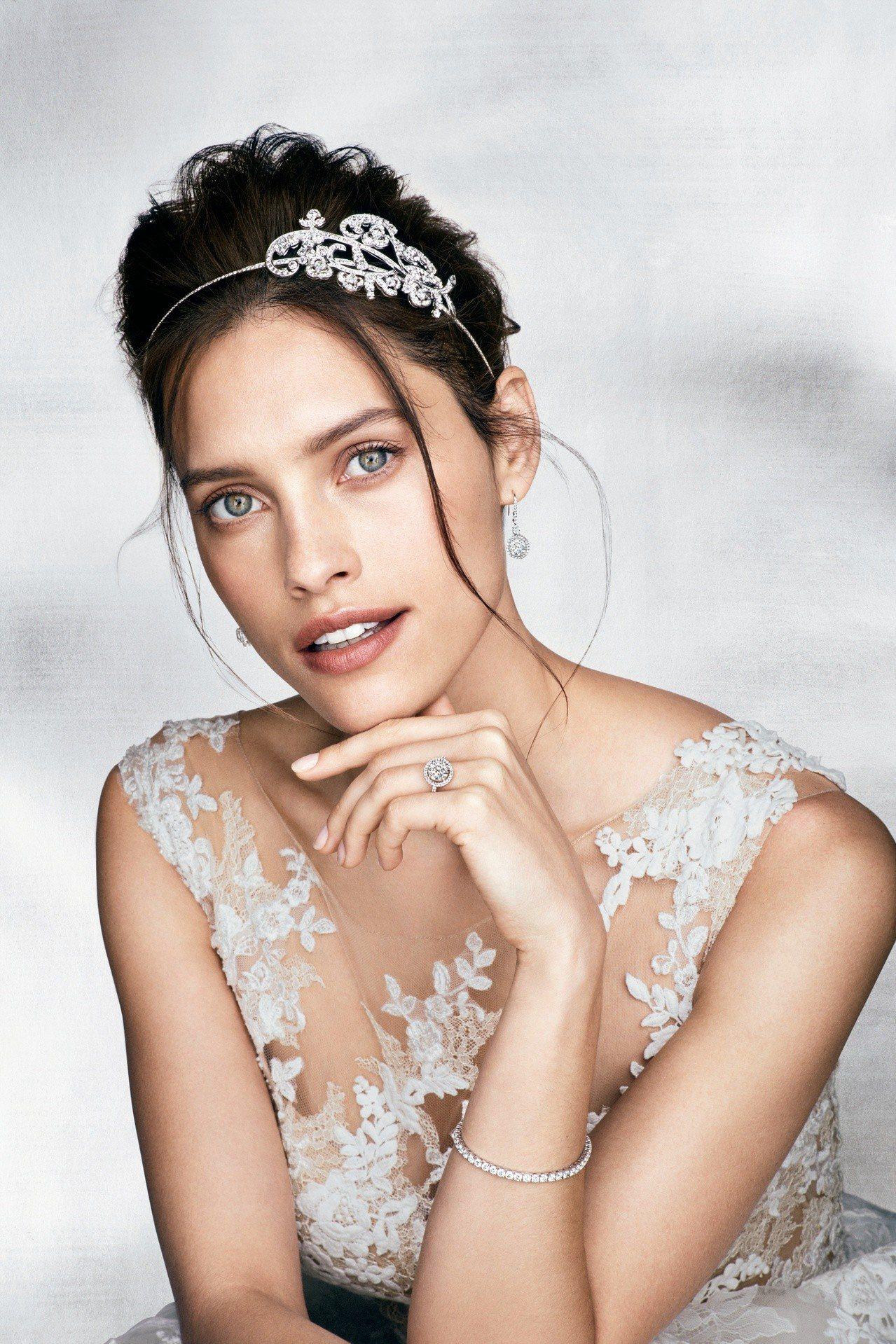 模特兒配戴格拉夫圓形鑽石花卉造型髮飾,鑽石共重27.02克拉;格拉夫Conste...