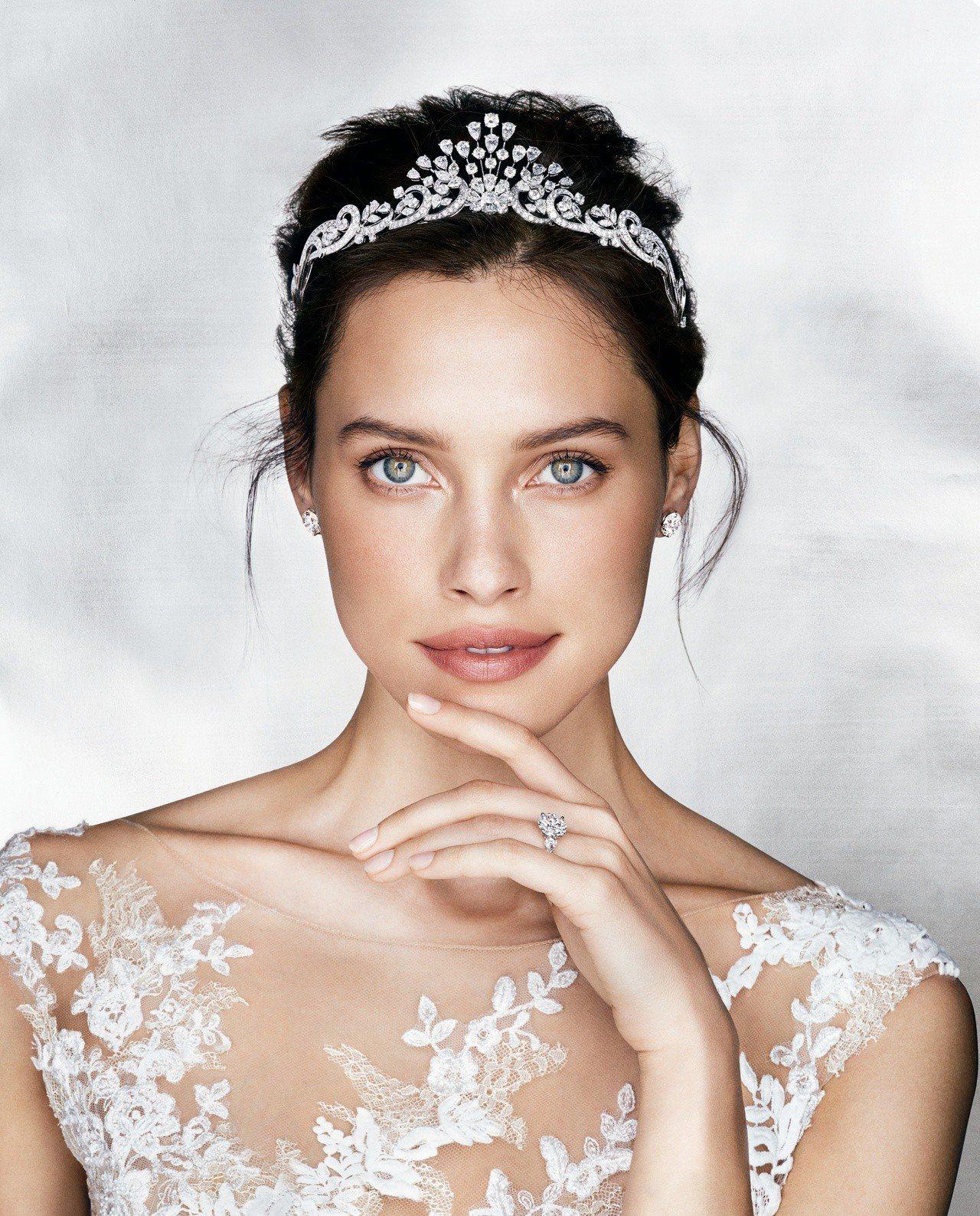 模特兒配戴格拉夫多形切割鑽石卷藤造型后冠,鑽石共重35.79克拉;格拉夫圓形鑽石...
