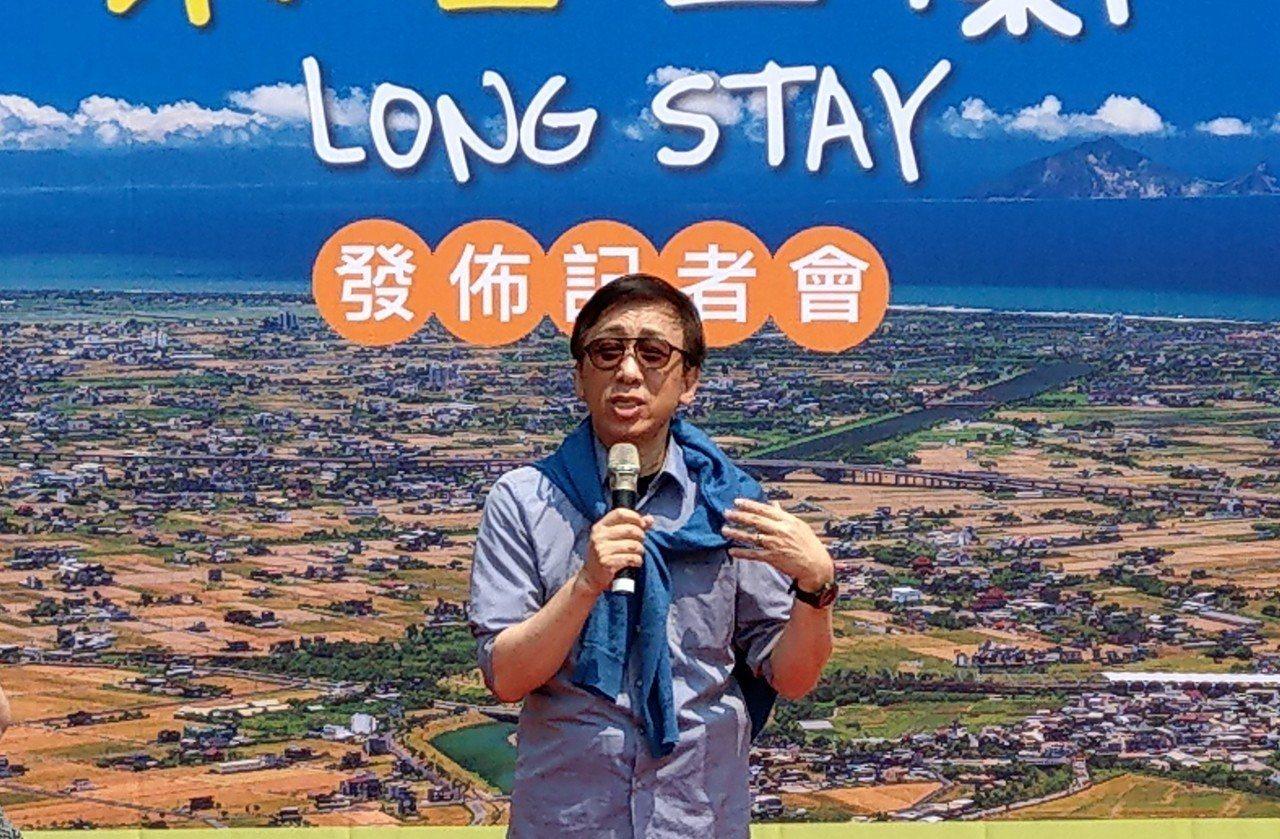 作家苦苓代言「樂活宜蘭LongStay」活動,建議遊客放鬆腳步,感受城市魅力與溫...