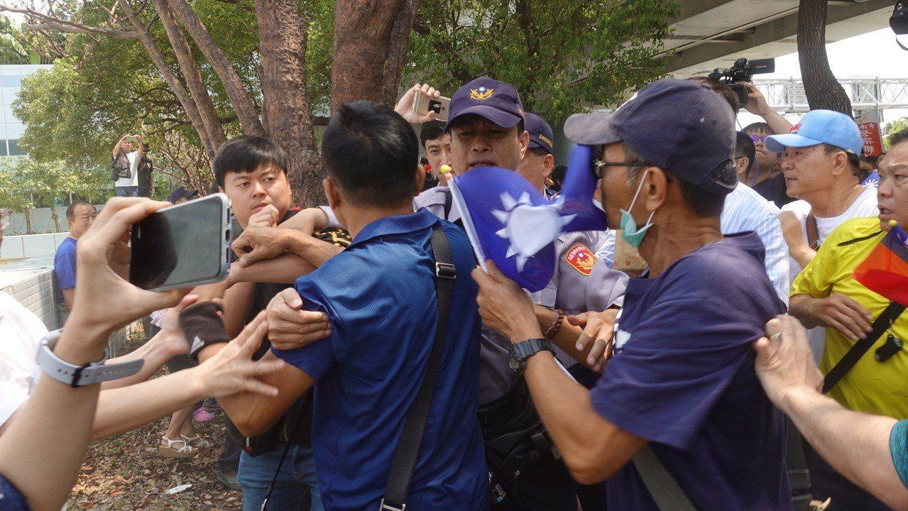 獨派團體與韓粉發生肢體衝突,場面一發不可收拾。記者劉星君/攝影