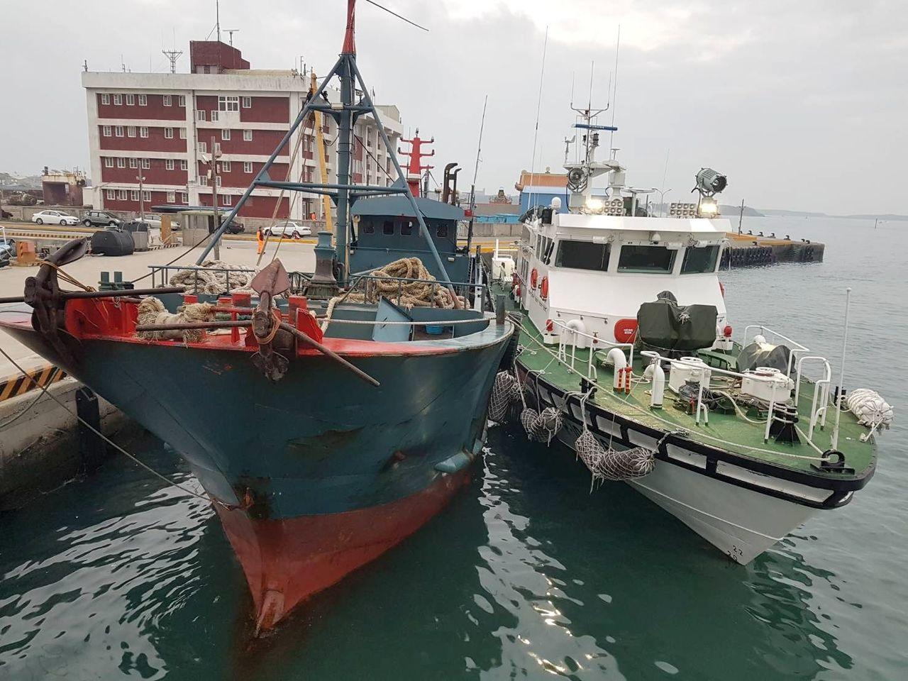 大陸「粵南澳」漁船被押返澎湖馬公港。記者林保光/翻攝