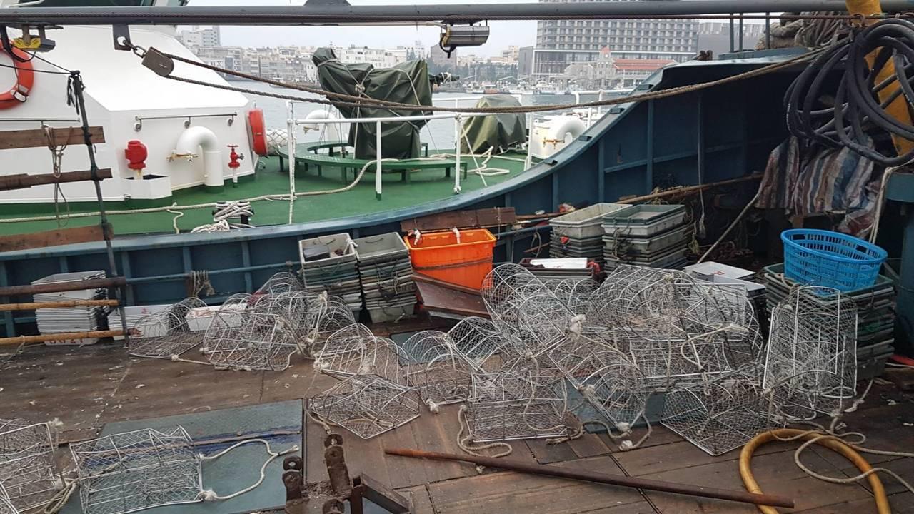 海巡人員發現「粵南澳」漁船越界以蟹籠捕撈漁貨。記者林保光/翻攝