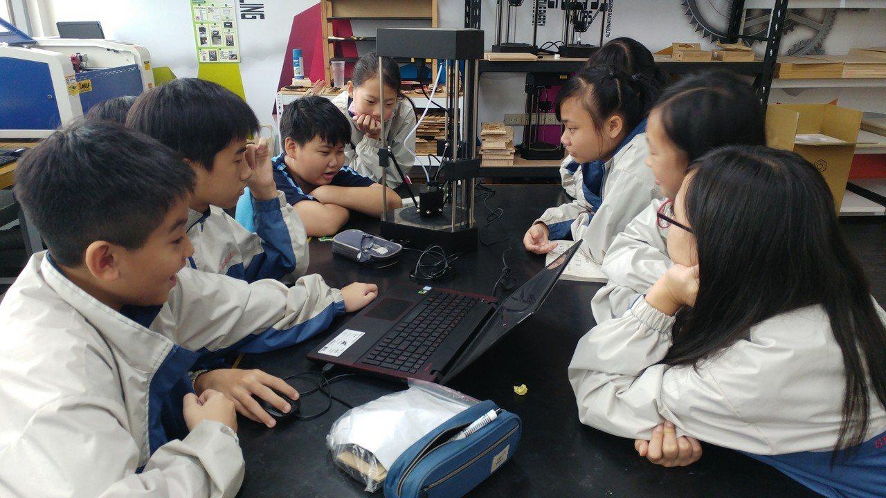 台南市教育局為即將登場的新課綱,開放教室將家長與老師觀客,圖為新興國中科技領域的...