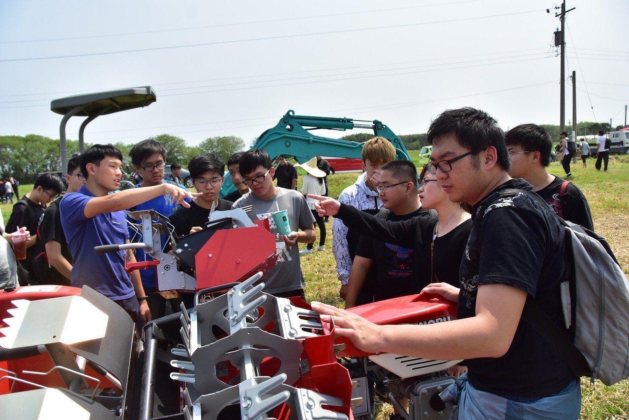 明道青農助耕團今天在農場展示8軌道水田驅動除草機、火焰滅菌車等農機設備。照片/明...