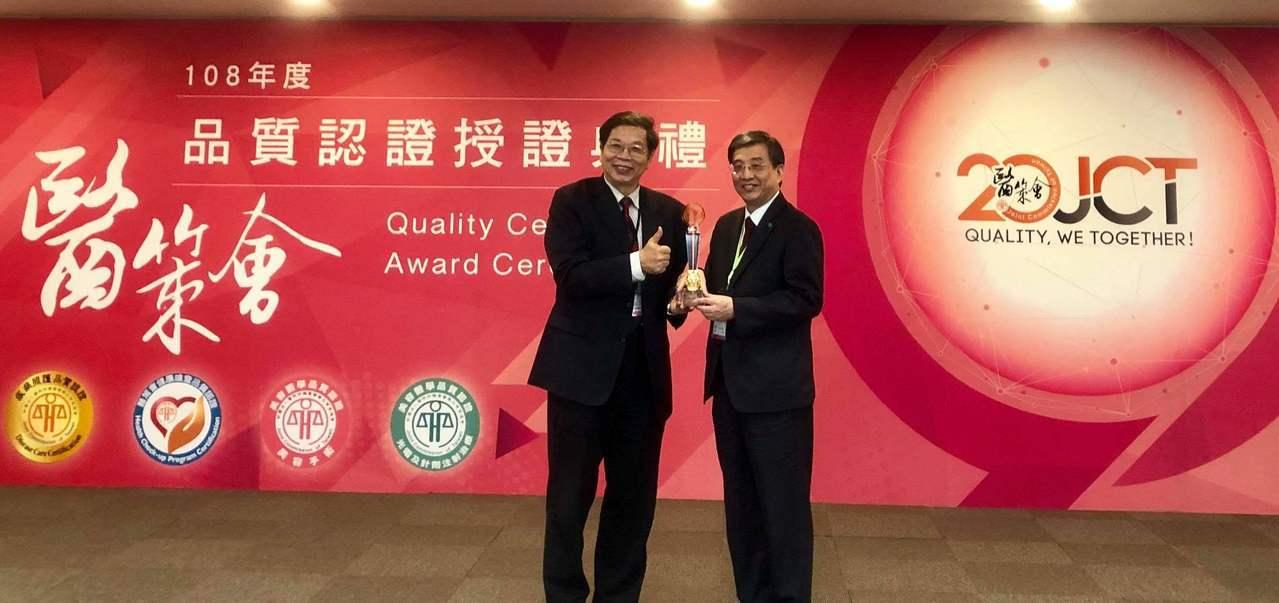 國泰醫院獲醫策會頒發「十年有成追求卓越獎」,左為醫策會董事長林啟禎,右為國泰醫院...