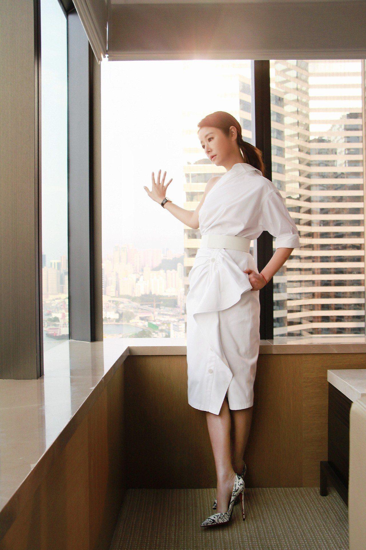 林心如穿著Max Mara洋裝搭配Christian Louboutin黑白塗鴉...