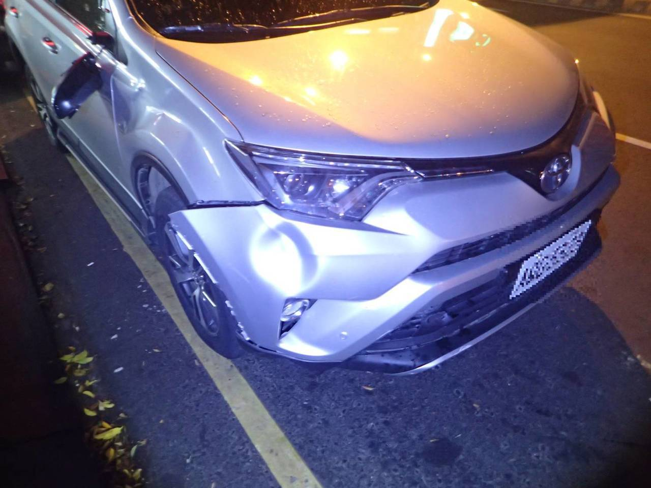 唐男駕駛車輛右前保險桿與右側車身凹陷、右側後視鏡掉落,他飽受驚嚇,沒有受傷。記者...