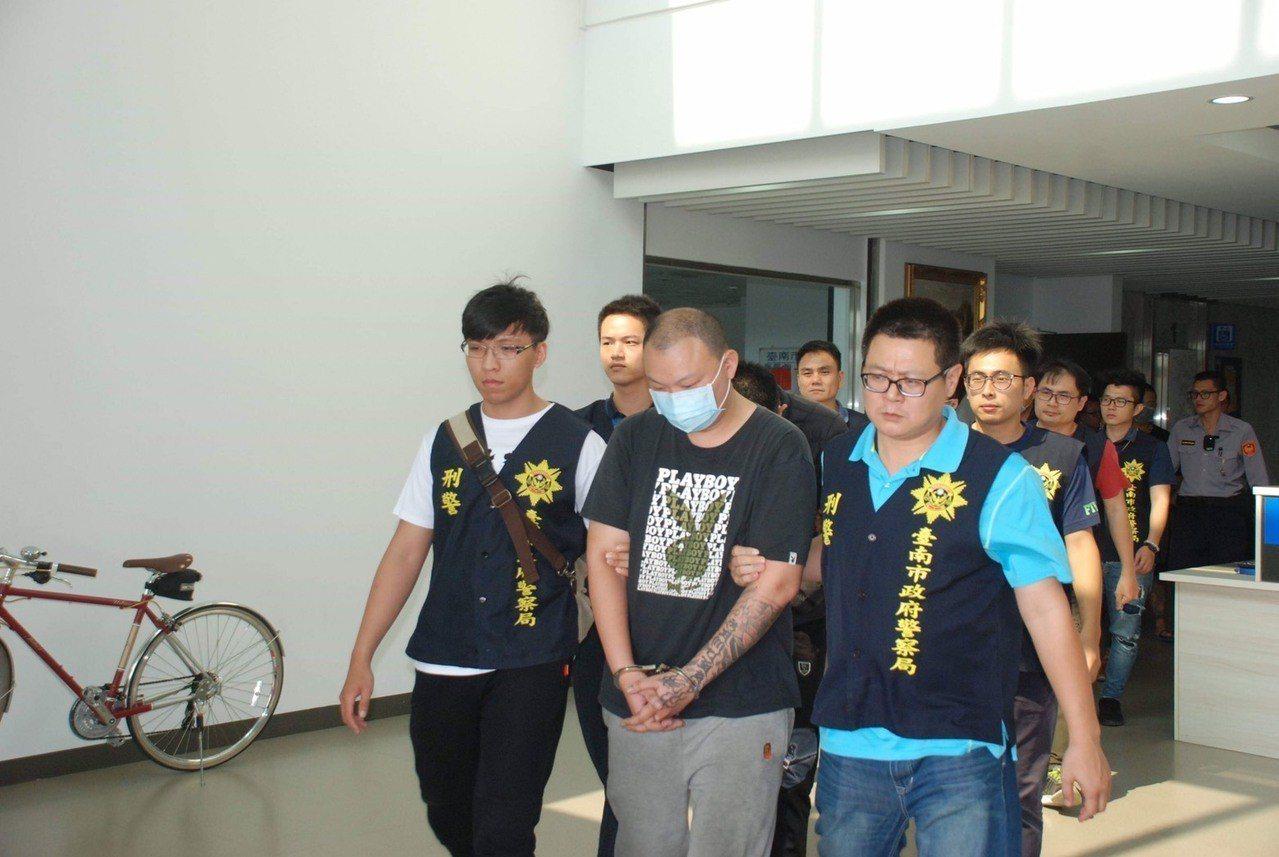 台南永康警分局查獲以陳嫌(中)為首的「太子廟幫」成員共 14人。記者吳淑玲/翻攝
