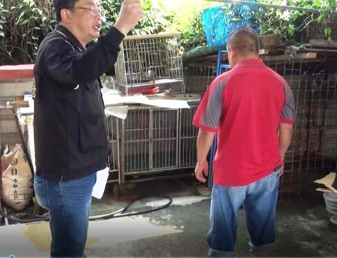 田中警方到涉嫌獵鹿的陳男(右穿紅衣者)住處,調查他如何處理水鹿的過程。記者何烱榮...