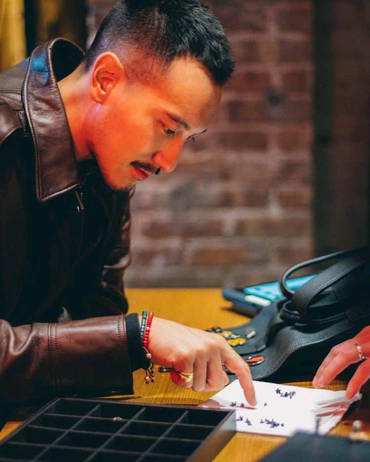 王陽明在紐約SOHO專門店體驗Bleecker後背包的釘釦訂製服務。圖/COAC...