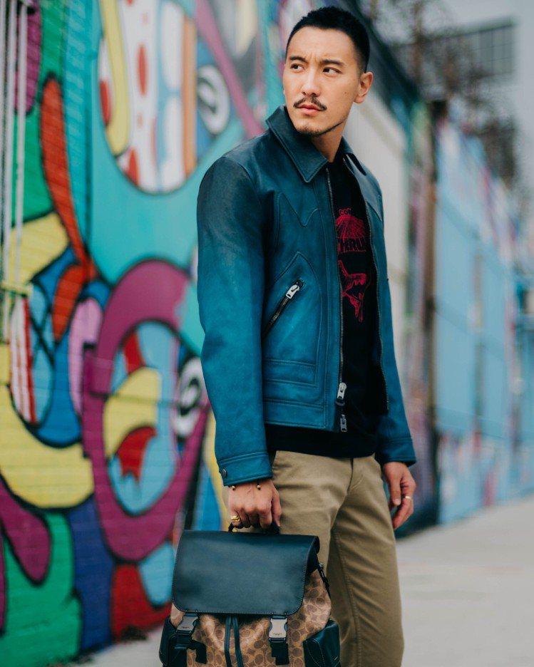 王陽明在紐約Brooklyn區街拍,詮釋Rivington經典後背包。圖/COA...