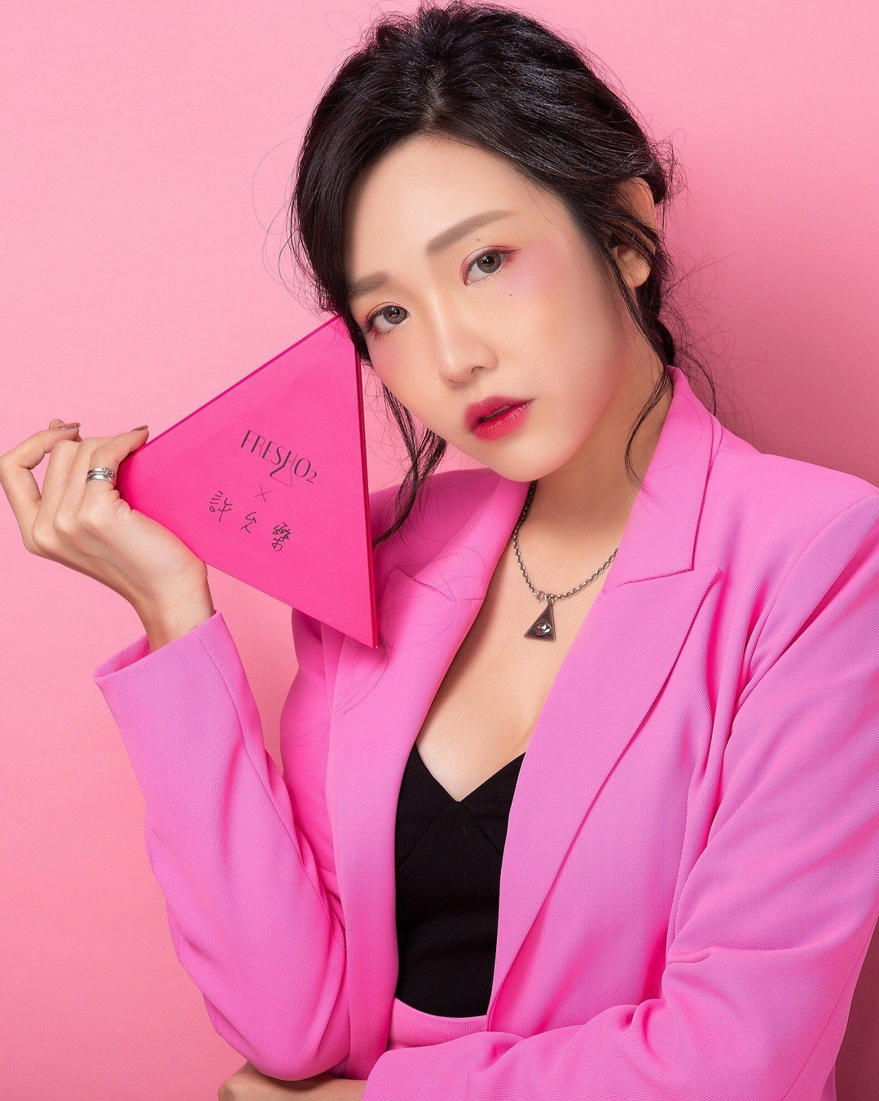 FreshO2 X許允樂「我的獨特角度」聯名系列彩妝盤,高調不失甜美的30°微笑...