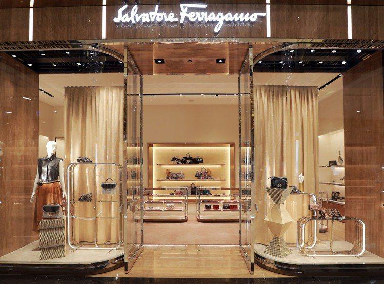Salvatore Ferragamo台北微風信義店佔地近71坪,以大理石及柱狀...