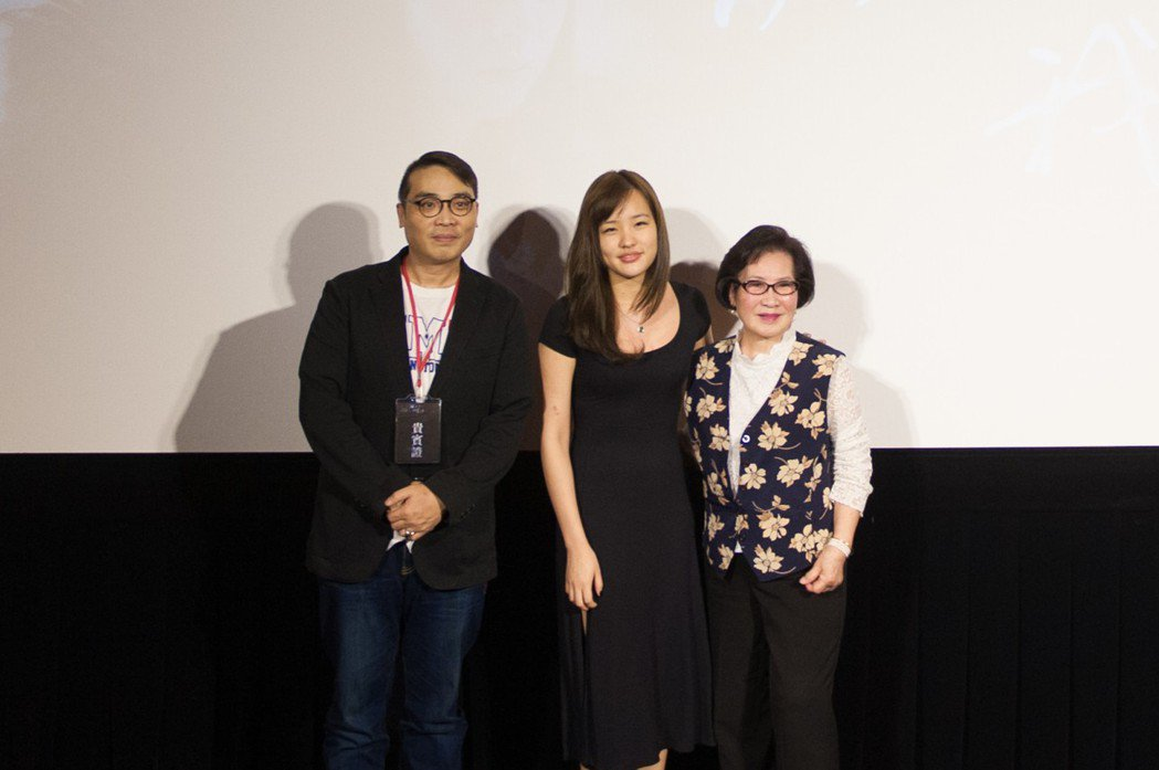 韓冰(中)出席「握三下,我愛你」首映和董今狐兒子(左)元配王玫合照。圖/中視提供