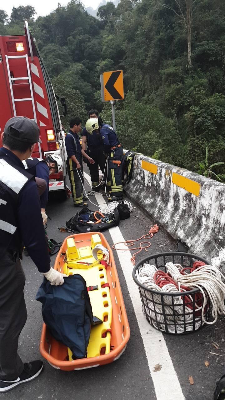 救難人員以吊掛方式將程姓駕駛救出。記者卜敏正/翻攝