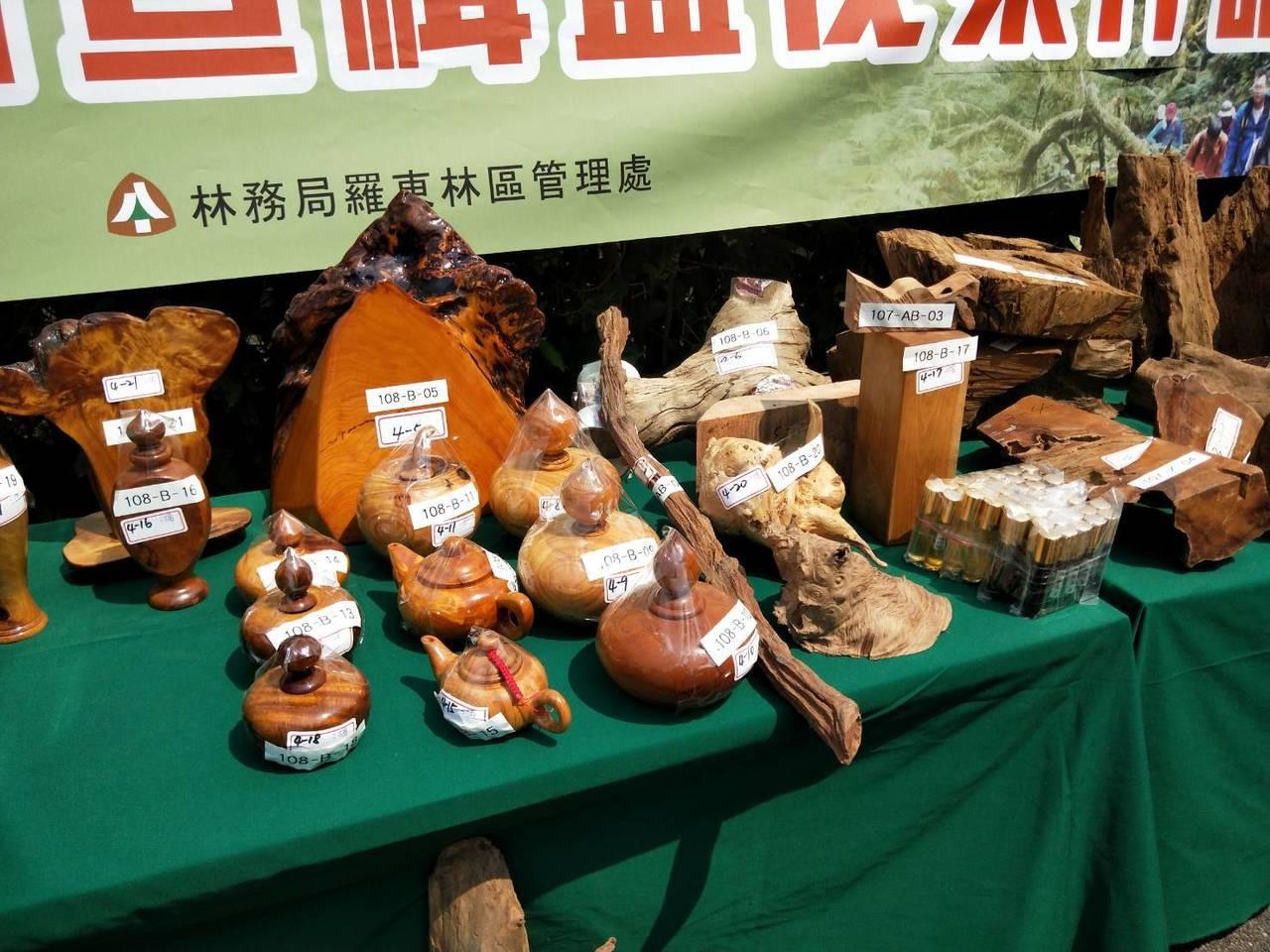 檢方查扣的木藝品。記者江婉儀/攝影